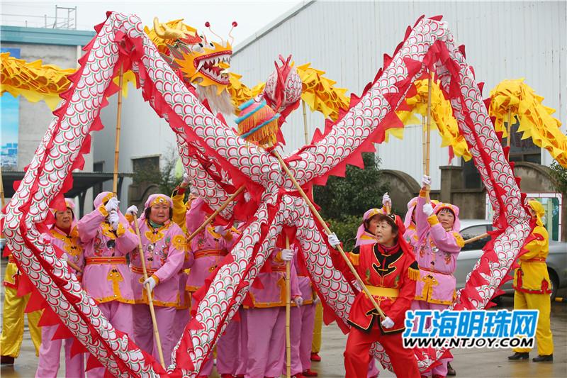 元宵节将至,港闸经济开发区八一村、龙潭村、新白龙庙社区联合举行迎元宵系列活动。来自辖区内的多支舞龙队为广大群众献上精彩的舞龙表演。