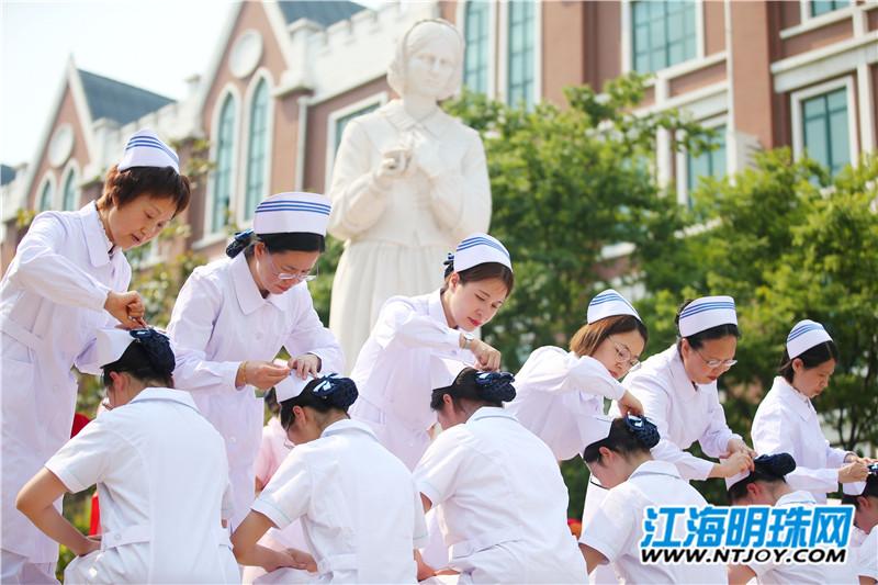 5月10日下午,南通卫生高等职业技术学校为该校近百名护理专业学生举行授帽仪式。学生们身穿护士服,在护理专业创始人南丁格尔像前参加了仪式,迎接即将到来的护士节。