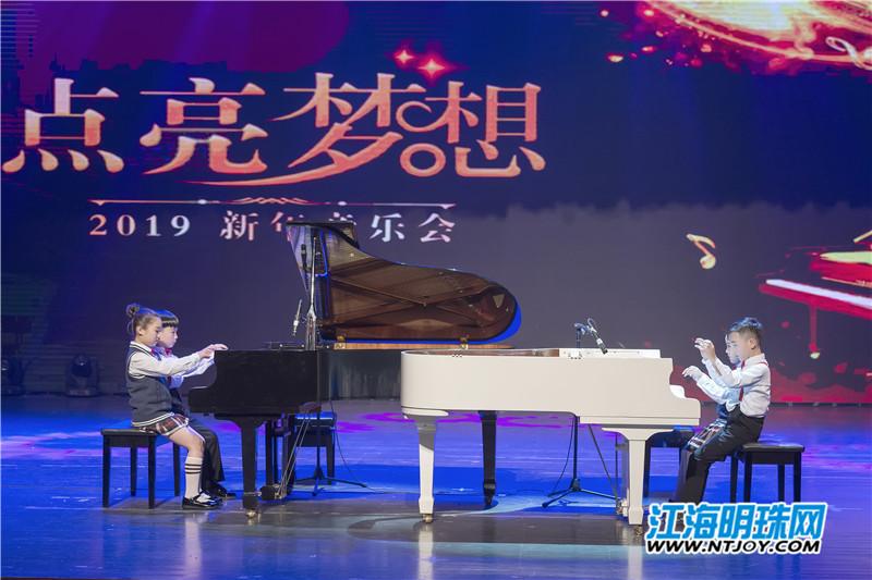 """1月29日晚,""""点亮梦想""""2019钢琴新年音乐会在bte365手机版壹城剧院上演。当钢琴少年们的指尖遇上琴键,《春节序曲》、《西班牙斗牛舞》、《白鸟朝凤》等一首首耳熟能详的乐曲,汇成一场视听盛宴,赢得了现场观众的阵阵掌声。这些钢琴少年们,也用乐曲寄托新春希翼,从""""心""""点亮梦想。"""