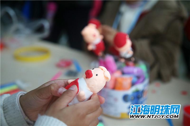 """面塑,既是中国传统民俗学问,更是国家非物质学问遗产项目。1月29日,一场""""小猪面塑我来捏""""活动在中华慈善博物馆举行。bte365手机版非物质学问遗产—如东面塑的传承人罗彬为学生们教授猪年面塑的制作方法。按照罗老师的讲解的步骤,很快一只只可爱的小猪面塑在学生们手里成型,孩子们也通过活动亲身感受了国家非物质学问遗产。"""