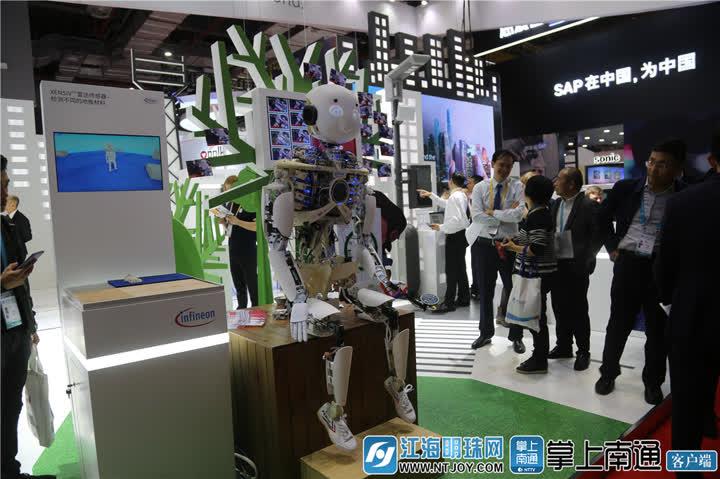 拥抱机器人2_副本.jpg