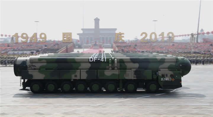东风-41核导弹方队接受检阅。新华社记者刘彬摄