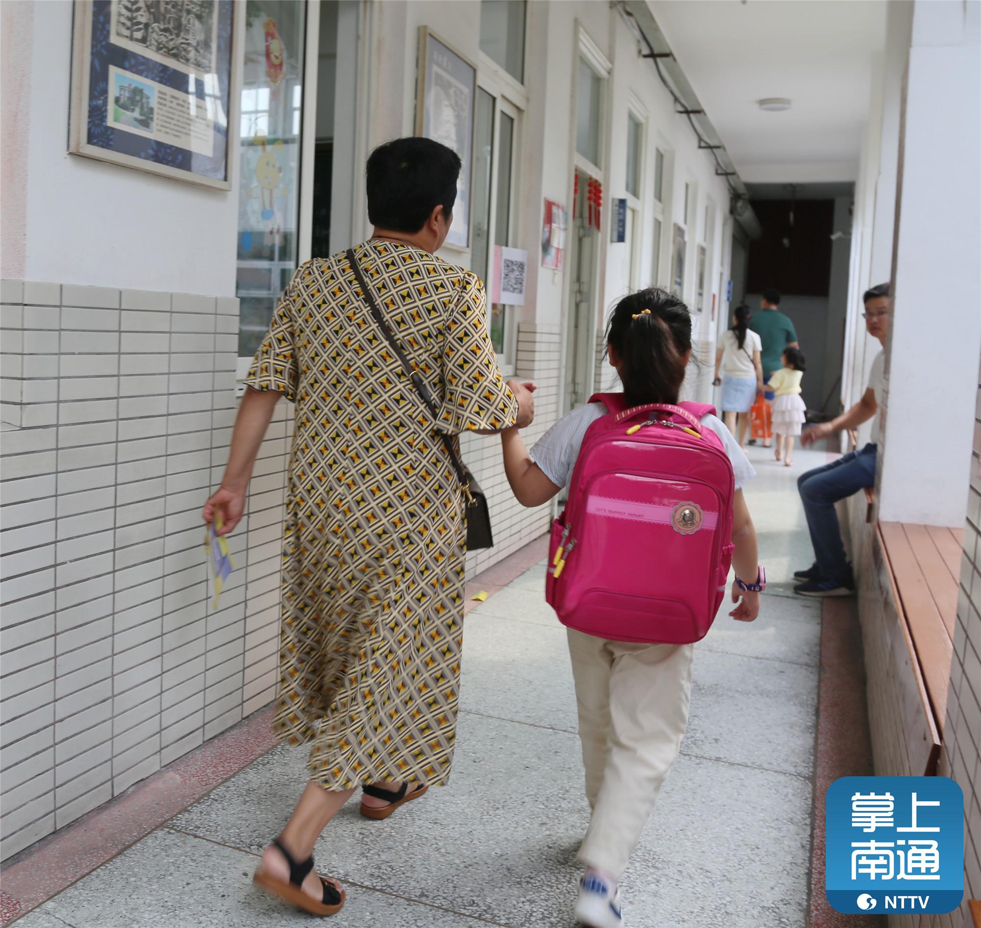 又到一年开学季,今天南通市区各小学迎来新生报到,安静了一个暑假的校园重新热闹起来。一年级的小萌娃们纷纷背起书包,在家长们的带领下,走进校园,开启属于自己的小学之旅。