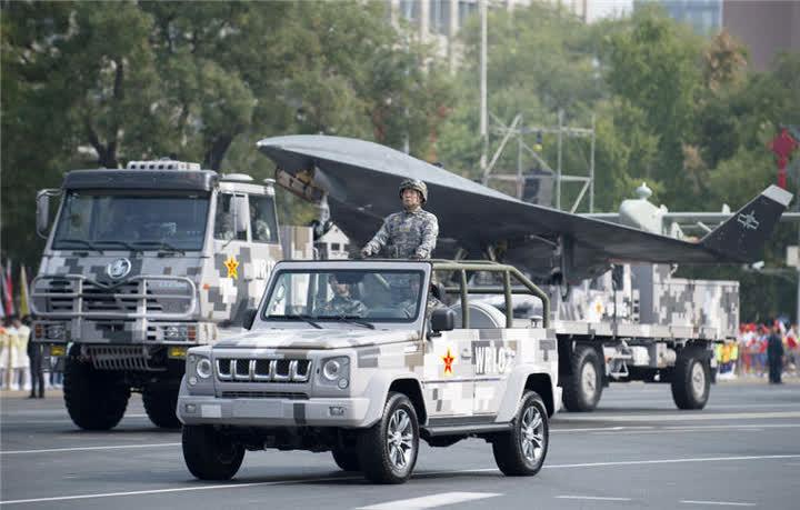 受阅的无人作战第1方队通过东单路口。新华社记者张豪夫摄