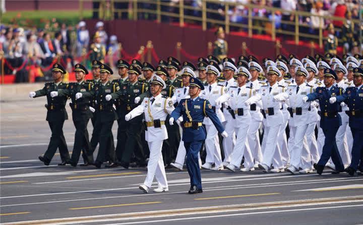 行进中的领导指挥方队。新华社记者周密摄