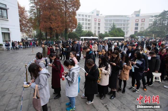 资料图:图为2018年12月2日,考生在2019国考南京林业大学考点等候进场参加考试。 中新社发 苏阳 摄 图片来源:CNSPHOTO
