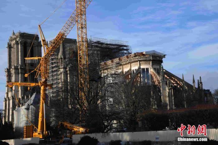 當地時間12月22日,巴黎圣母院修復工作緊張進行中。盡管圣誕節即將來臨,修復仍在繼續。巴黎圣母院管理部門證實,該教堂今年不舉行圣誕彌撒,這是自1803年以來首次。中新社記者 李洋 攝