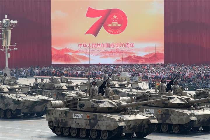 轻型装甲方队接受检阅。新华社记者王晔摄