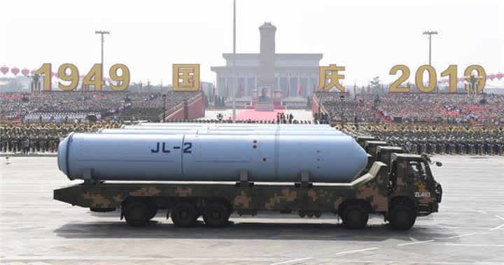 巨浪-2导弹方队接受检阅。新华社记者高洁摄