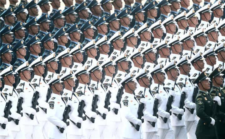 战略支援部队方队接受检阅。新华社记者兰红光摄