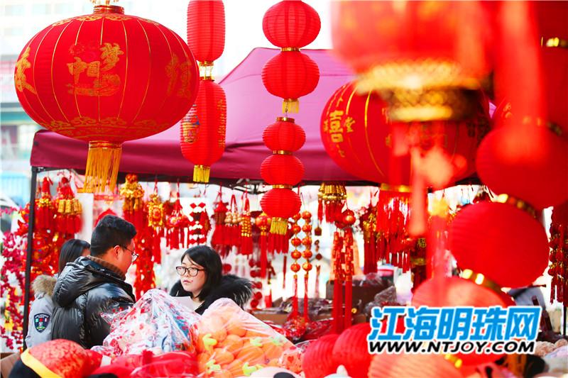 距离春节越来越近,bte365手机版街头已经摆满了各类中国结、灯笼、对联和农历猪年生肖饰品等,吸引不少市民选购,营造了浓浓的新年氛围。