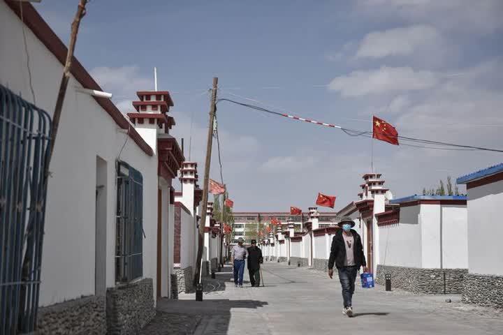 ↑2004年,为了响应国家号召、保护日益脆弱的三江源生态,青海海西蒙古族藏族自治州唐古拉山镇的128户牧民翻越昆仑山,搬迁到420多公里以外的格尔木,在市区边上新建长江源村。从雪山脚下到城市郊区,牧民们学习技能融入新生活,饮食结构和卫生习惯也有了新变化。村里的年轻人学文化、开公司,用双手改变自己的命运。2017年,长江源村正式脱贫摘帽。2019年,人均可支配收入达到2.7万元,比2004年搬迁时增长10多倍,是2015年的1.4倍。图为长江源村村貌(2020年5月13日摄)。