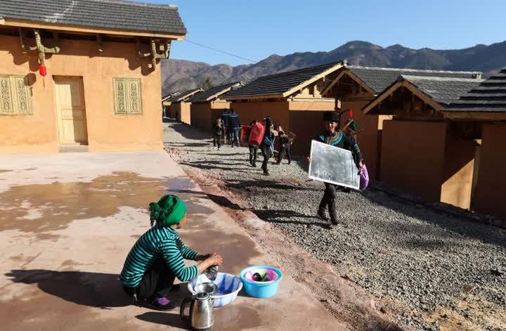 ↑在位于大凉山腹地的四川昭觉县三河村,马海日聪(右一)喜搬新居,这一天,三河村首批29户、168人告别居住多年的土坯房,搬入易地扶贫安置点的新家。2020年,三河村的9个扶贫安置点全部完工,贫困户全都搬进了新房(2019年2月11日摄)。