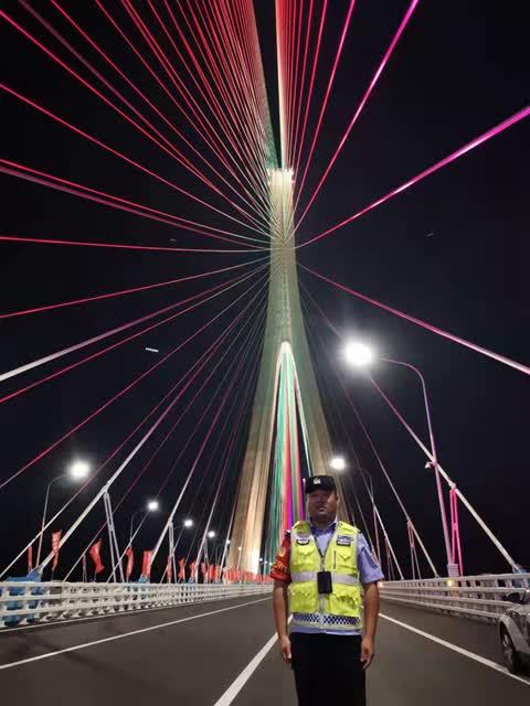 毛新风站在沪苏通大桥上(受访者供图)